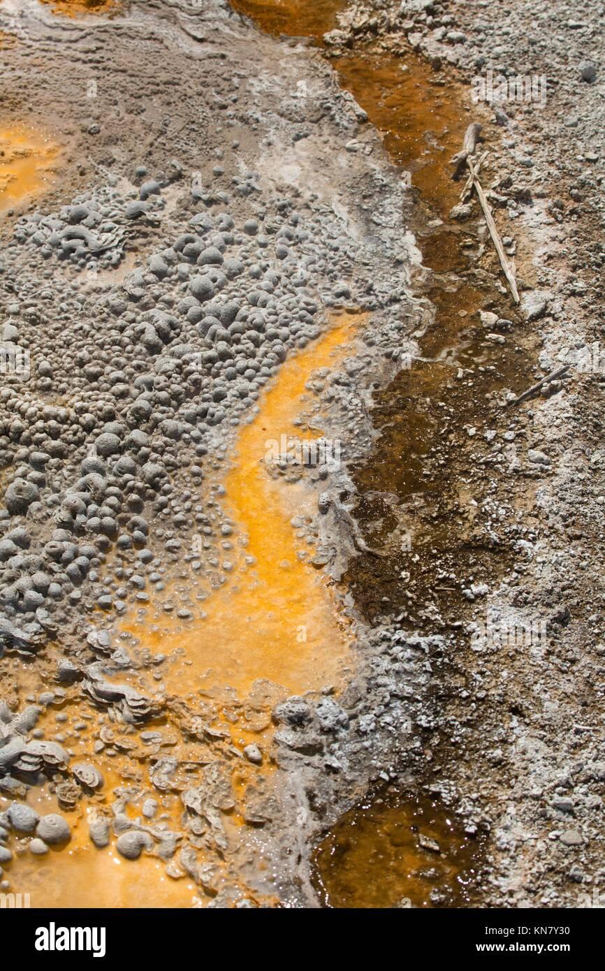 Sutil, bandas de color naranja en una piscina caliente a través de la piedra de travertino de Mammoth Hot Springs Foto de stock