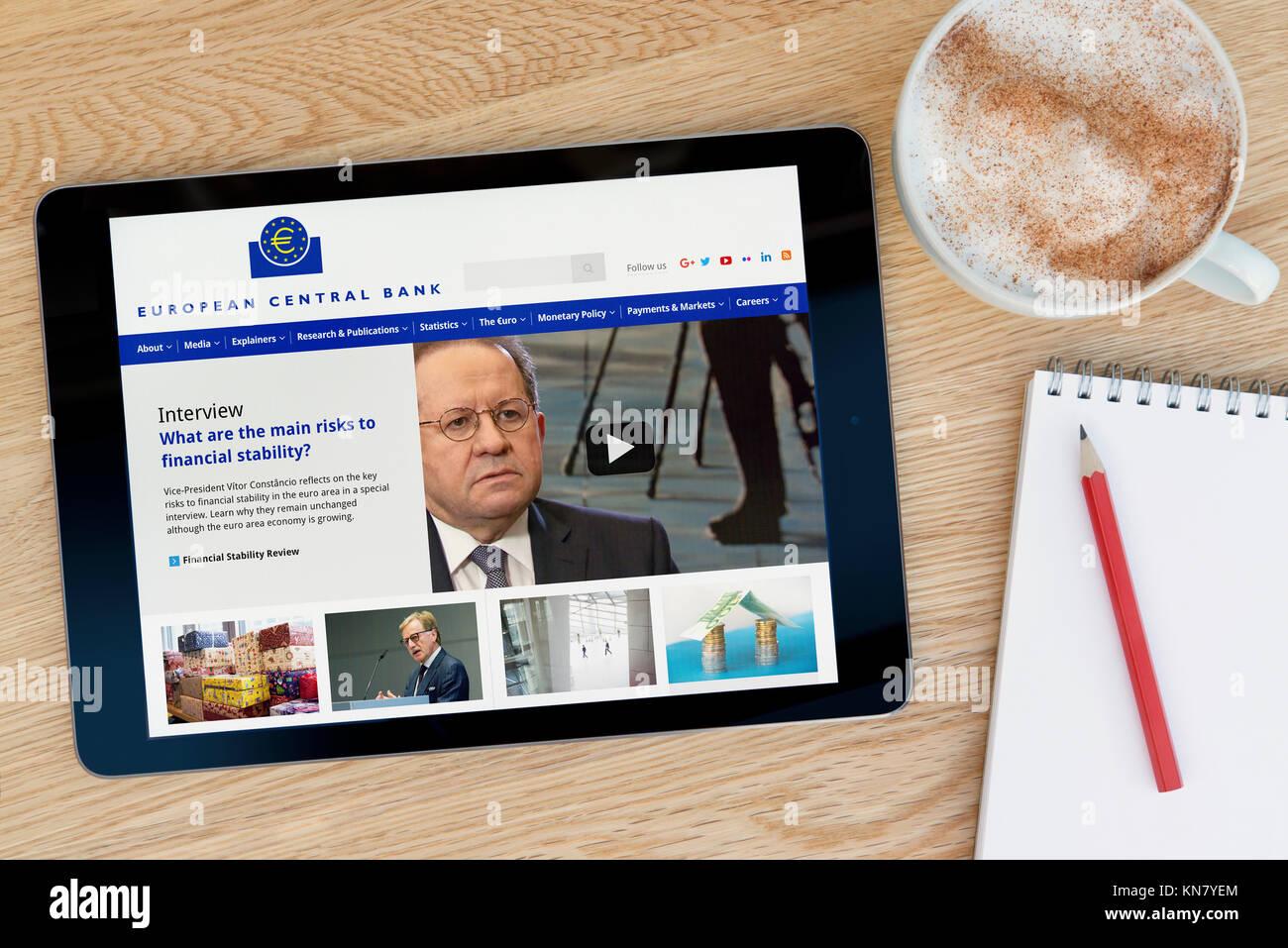 El Banco Central Europeo sitio web en un dispositivo tablet iPad que descansa sobre una mesa de madera junto a un Foto de stock