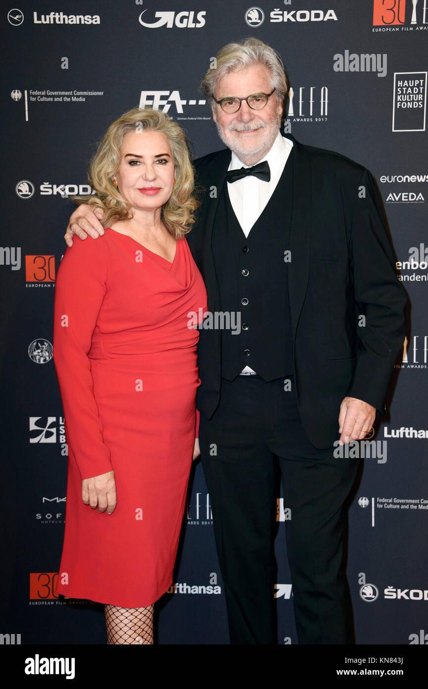 Peter Simonischek y su esposa Brigitte Karner asistir a la 30ª ceremonia de entrega de los Premios del Cine Europeo 2017 en Haus der Berliner Festspiele, el 9 de diciembre de 2017 en Berlín, Alemania. Foto de stock
