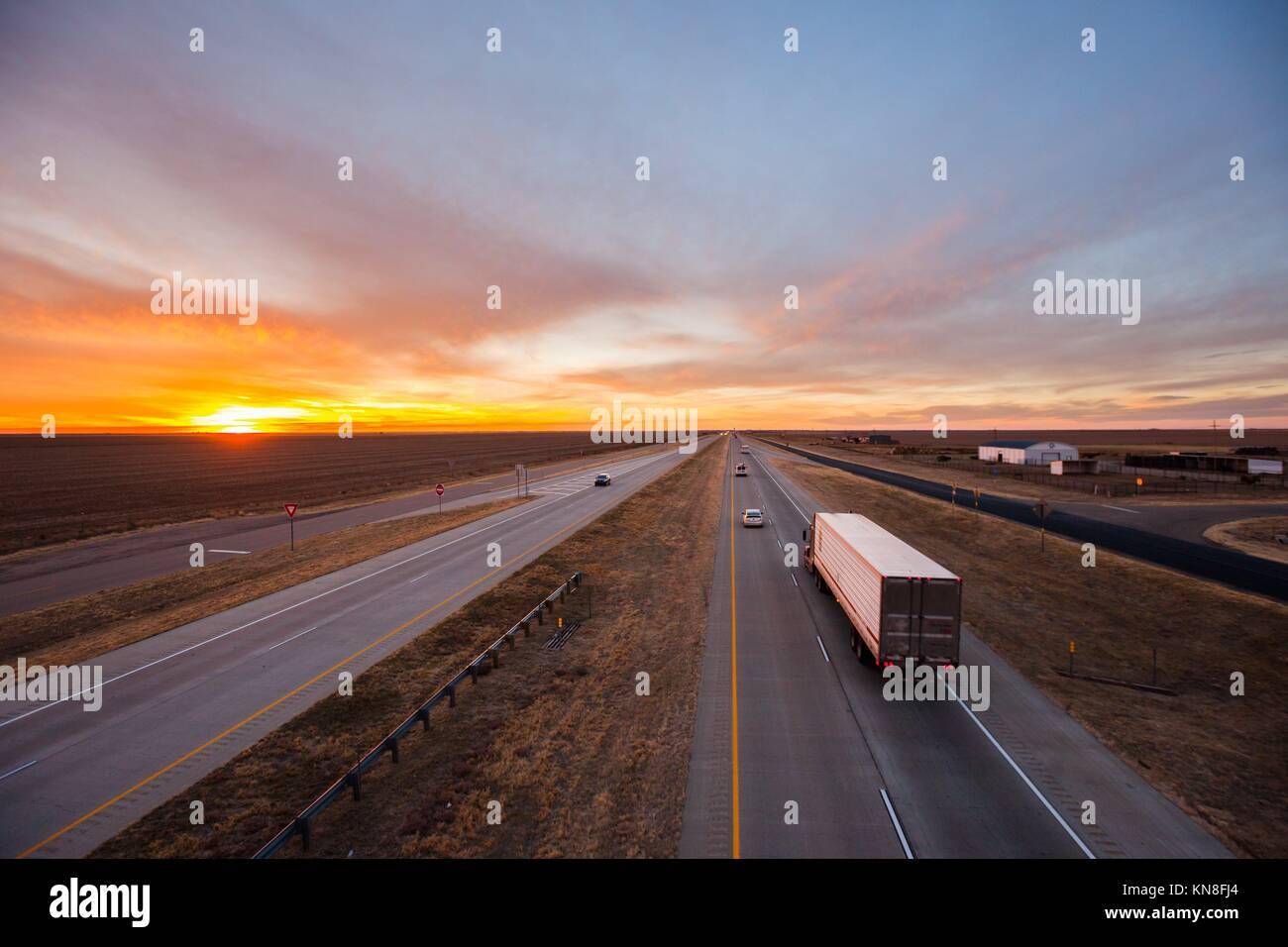 Los camiones en la carretera, en el suroeste de Estados Unidos. Foto de stock