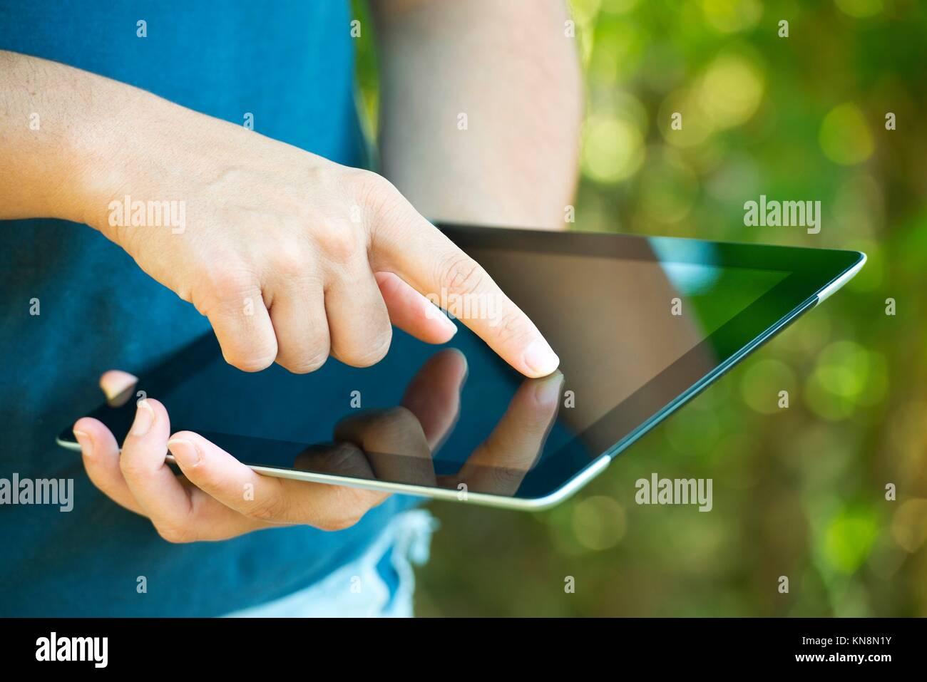 Close-up de mujer manos sosteniendo tableta digital. Imagen De Stock