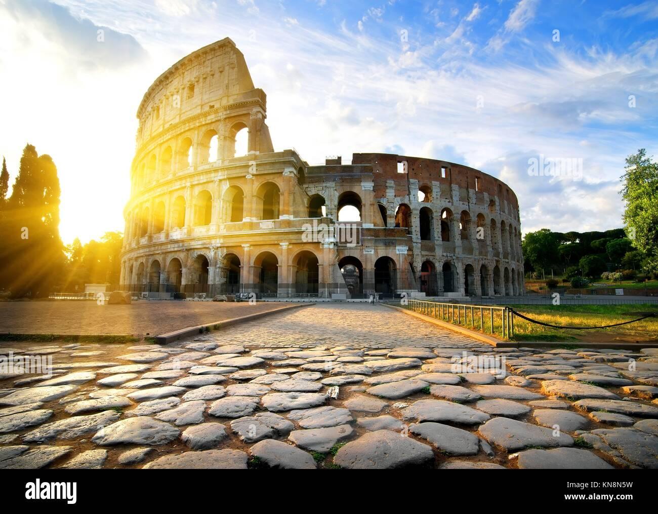 Coliseo de Roma al alba, Italia. Imagen De Stock