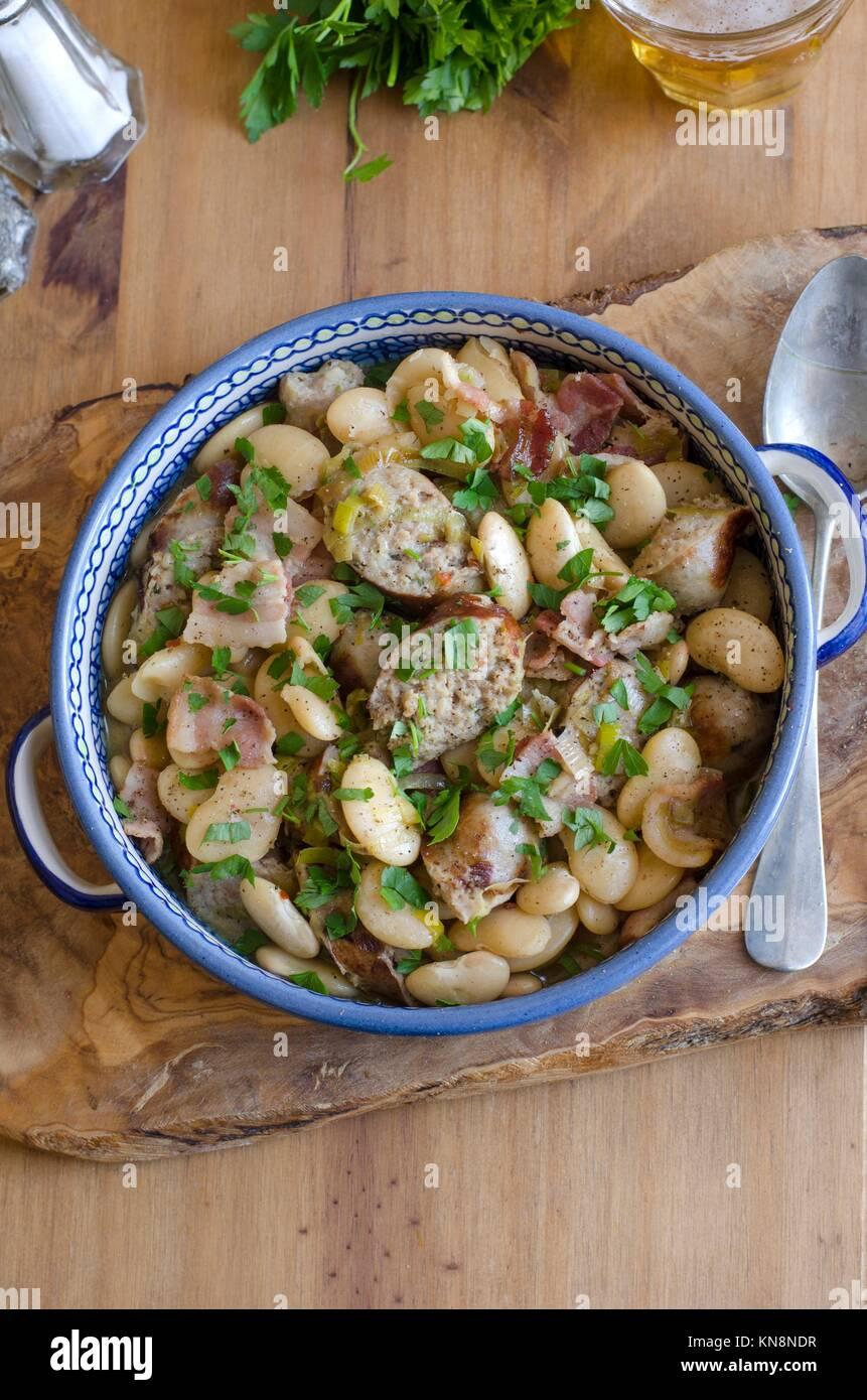 Salchicha de Cumberland y mantequilla guiso de habichuelas. Imagen De Stock