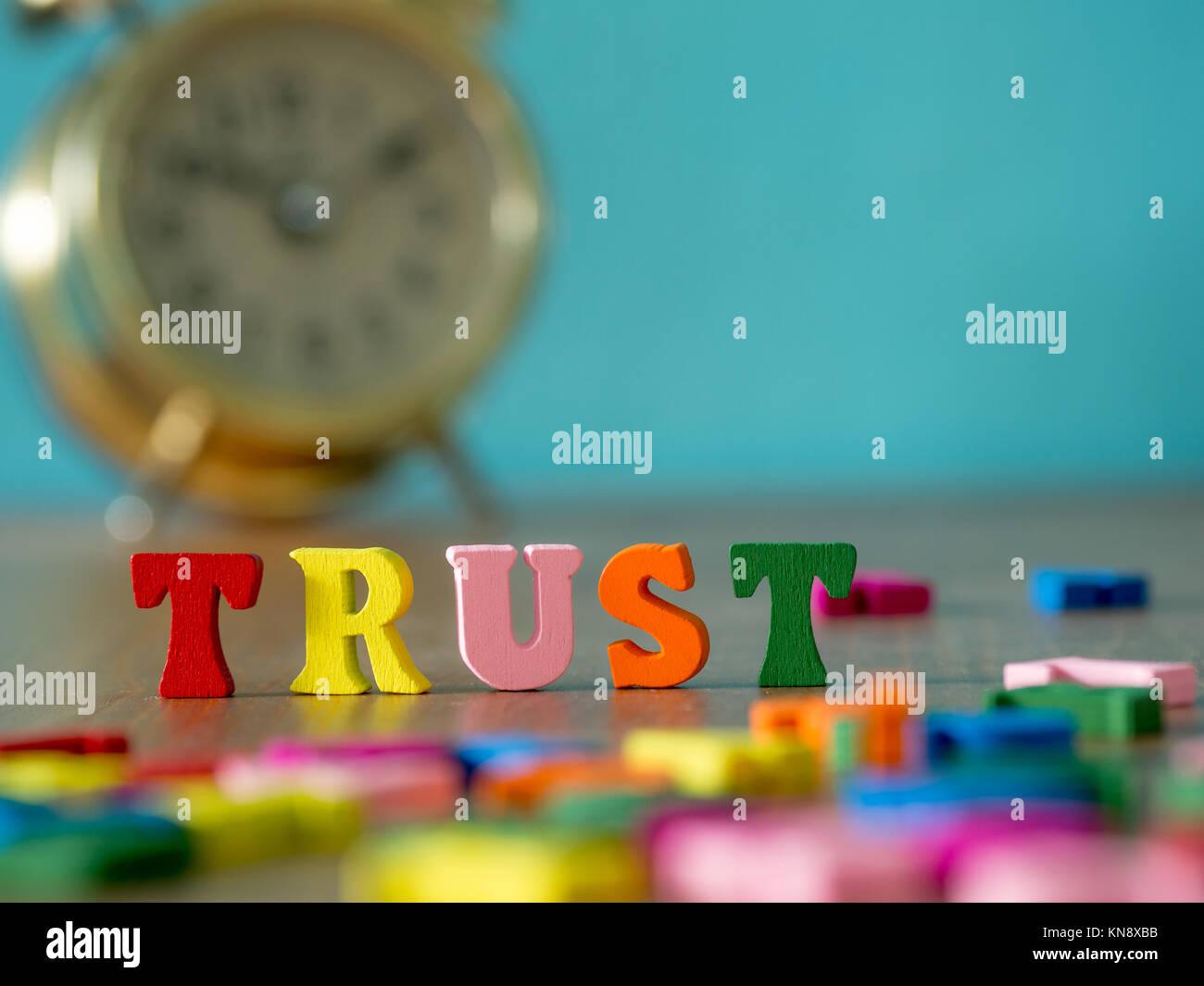 La confianza. Alfabeto inglés hechas de madera color de letra. Alfabeto confianza sobre mesa de madera y vintage Imagen De Stock