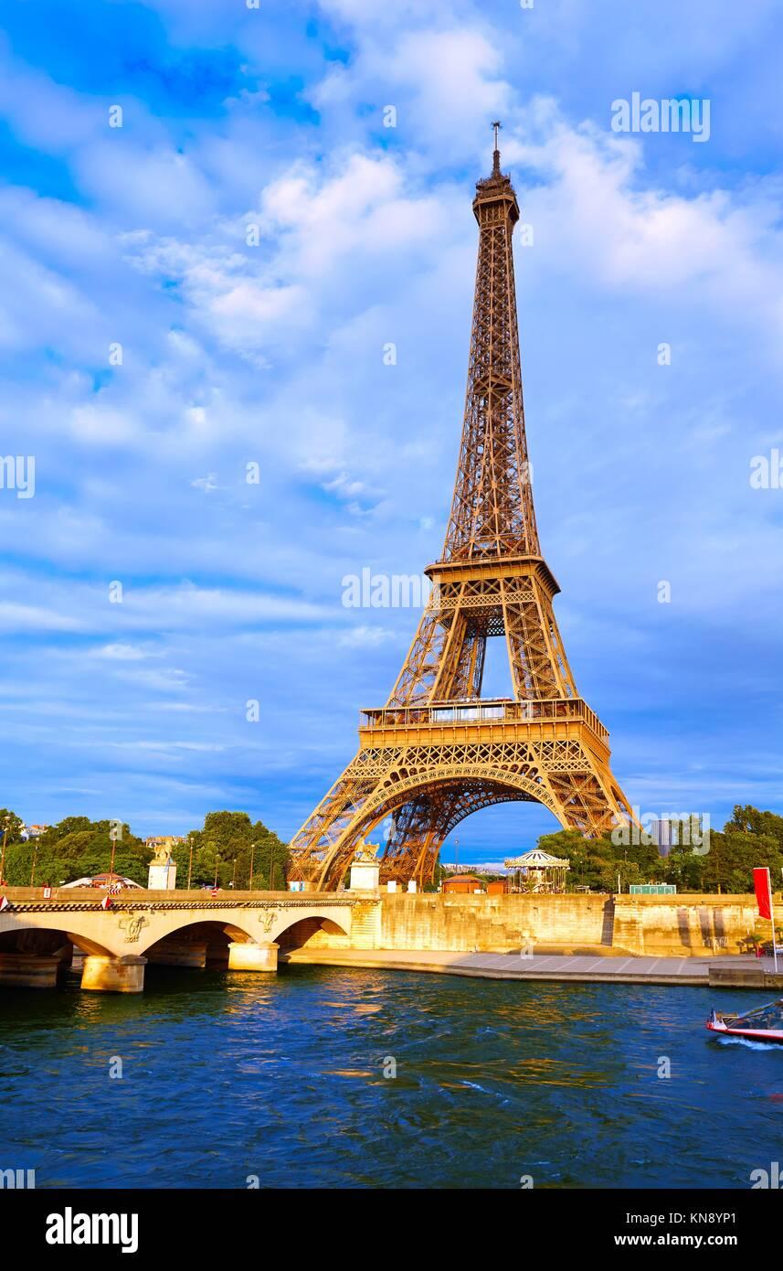 Al atardecer de la torre Eiffel en París, Francia. Imagen De Stock