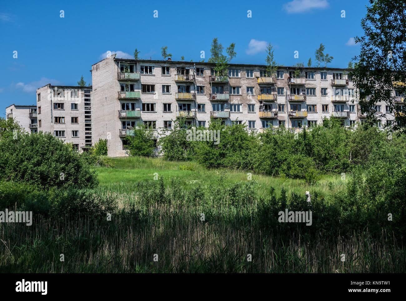 Edificios residenciales abandonados en Skrunda-1 Ghost Town, antiguo emplazamiento de la estación de radar Imagen De Stock