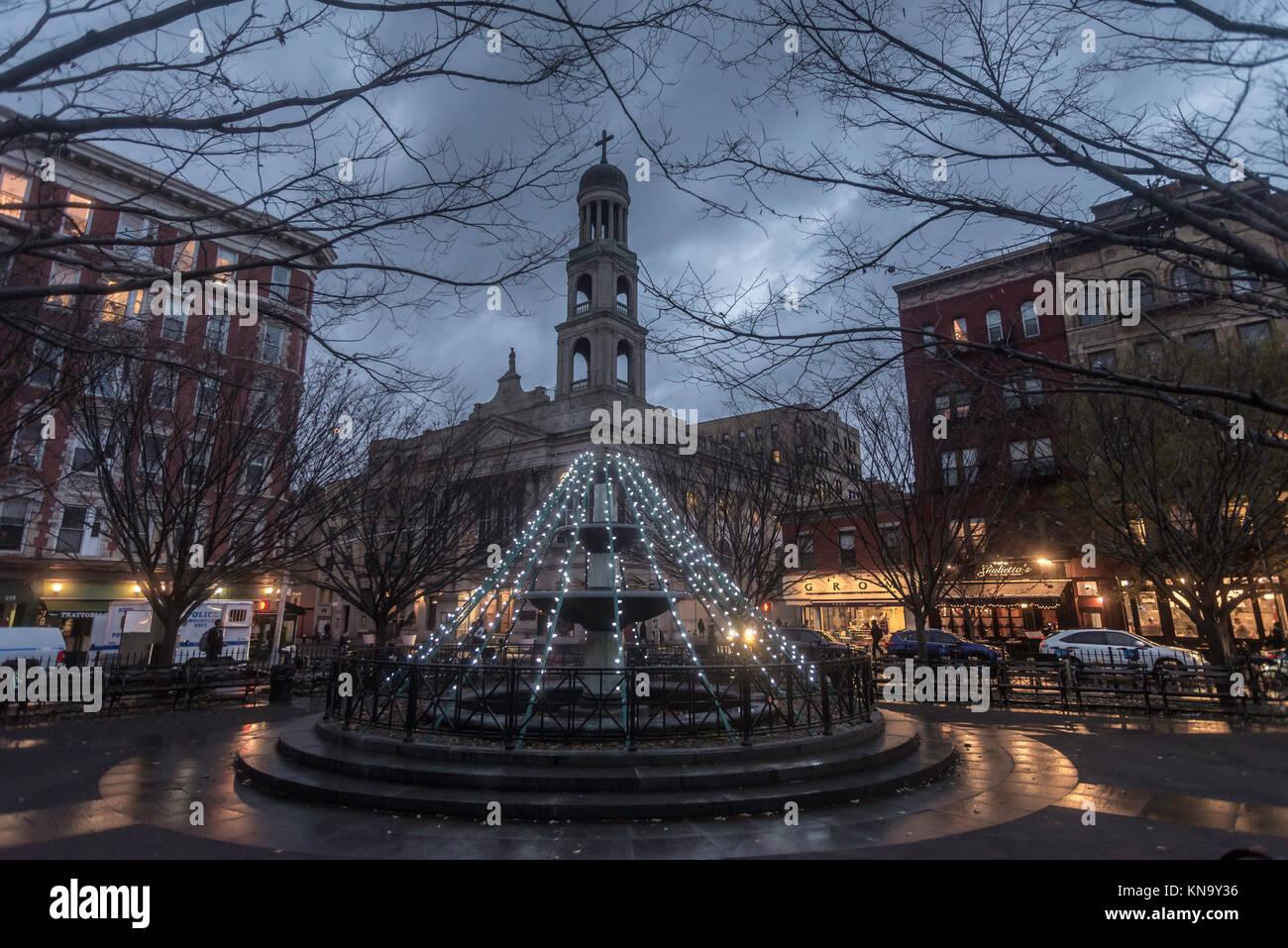 Nueva York, NY, EE.UU., luces de Navidad en la Plaza de Trevi en padre Demo con Nuestra Señora de Pompeya Iglesia Imagen De Stock