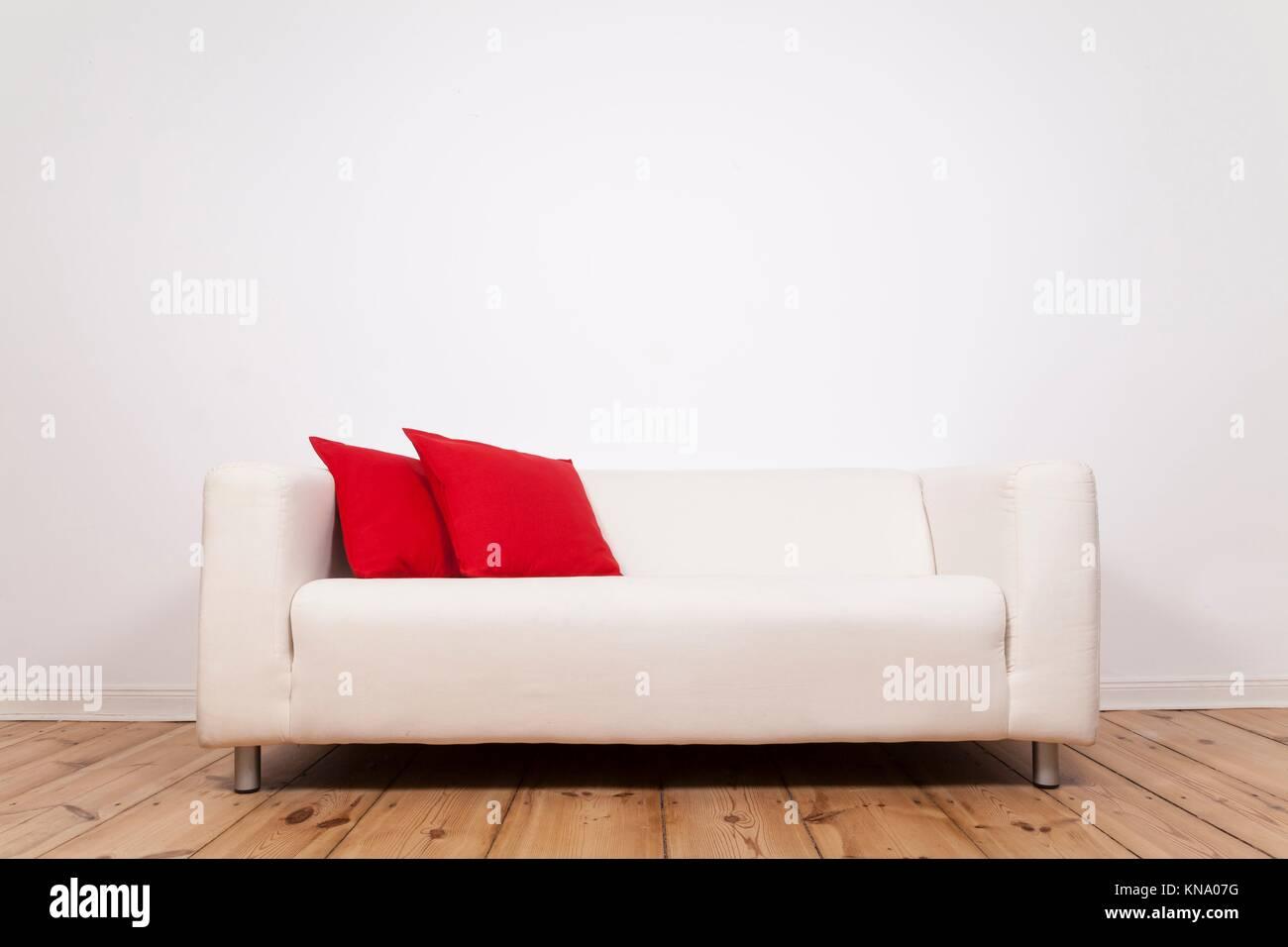 Sofá y espacio en la pared. Imagen De Stock