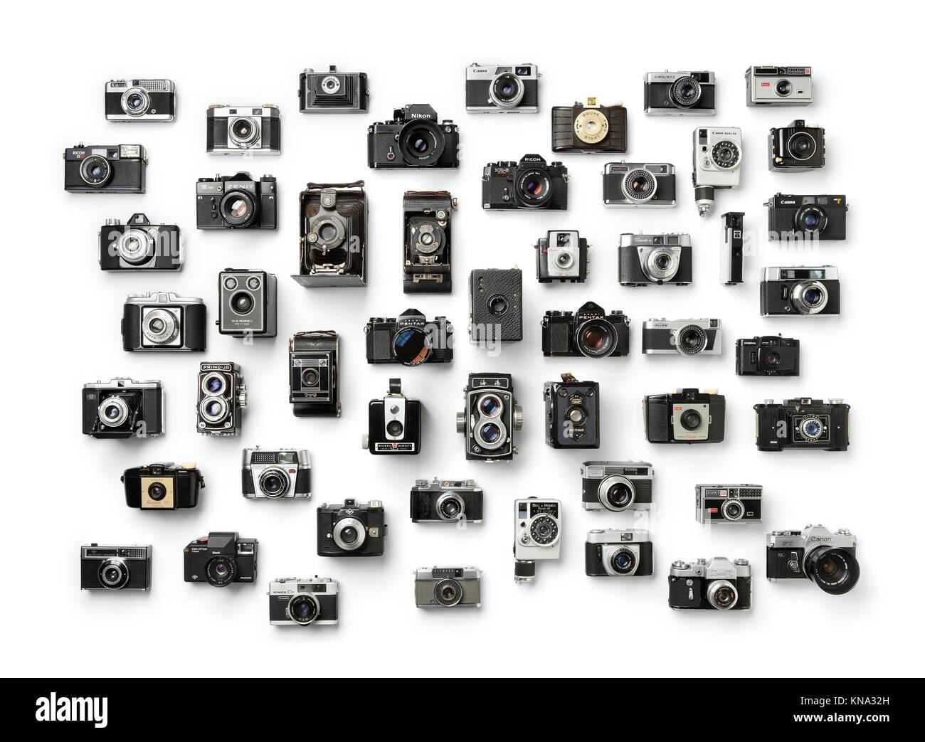 Colección de antiguas cámaras analógicas diferentes sobre fondo blanco. Foto de stock