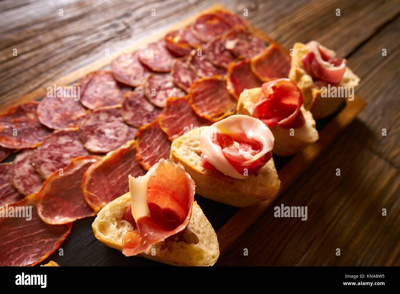 Junta de salchichas y jamón ibérico Tapas de España. Imagen De Stock