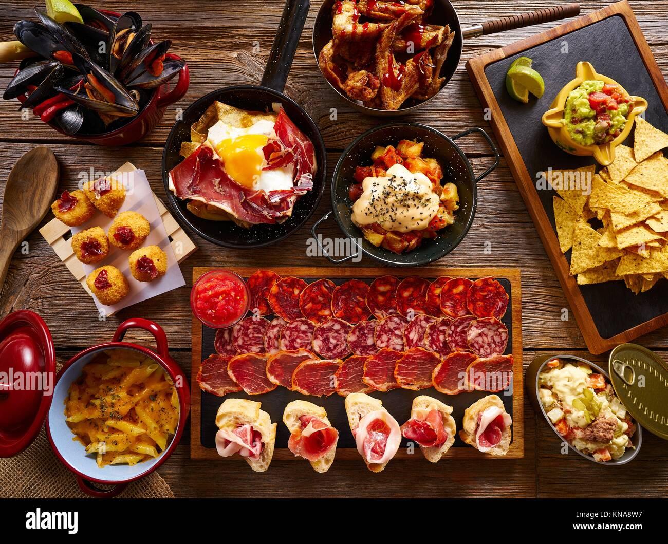 Tapas de España mezcla variada de recetas de comida mediterránea. Imagen De Stock