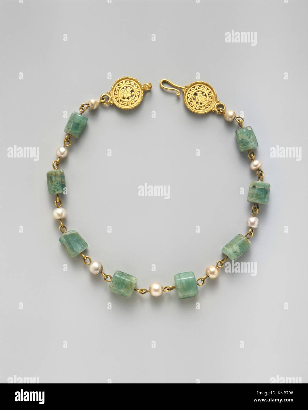 21664e3c92f8 Collar de oro con perlas y piedras de Plasma Esmeralda MET DT345335 464036  Bizantino
