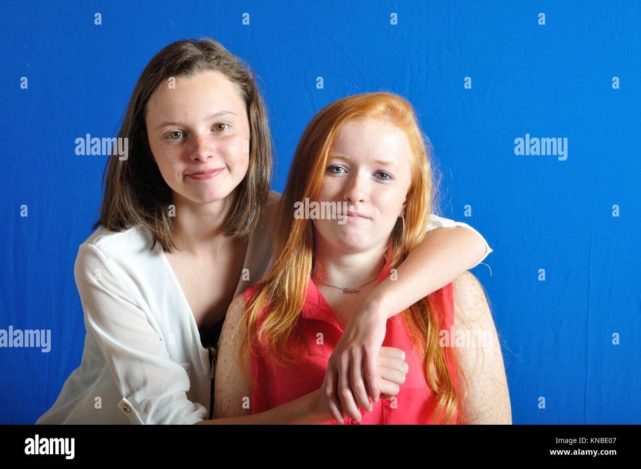 La complicidad entre dos adolescentes. Foto de stock