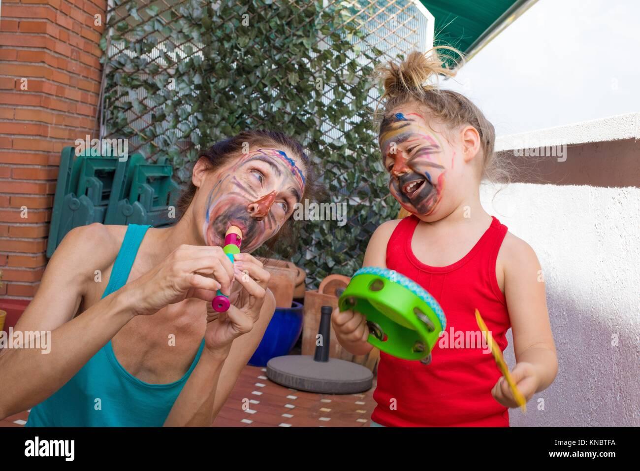 Retrato De Familia Feliz Mujer Y Tres Años De Edad Con Sus