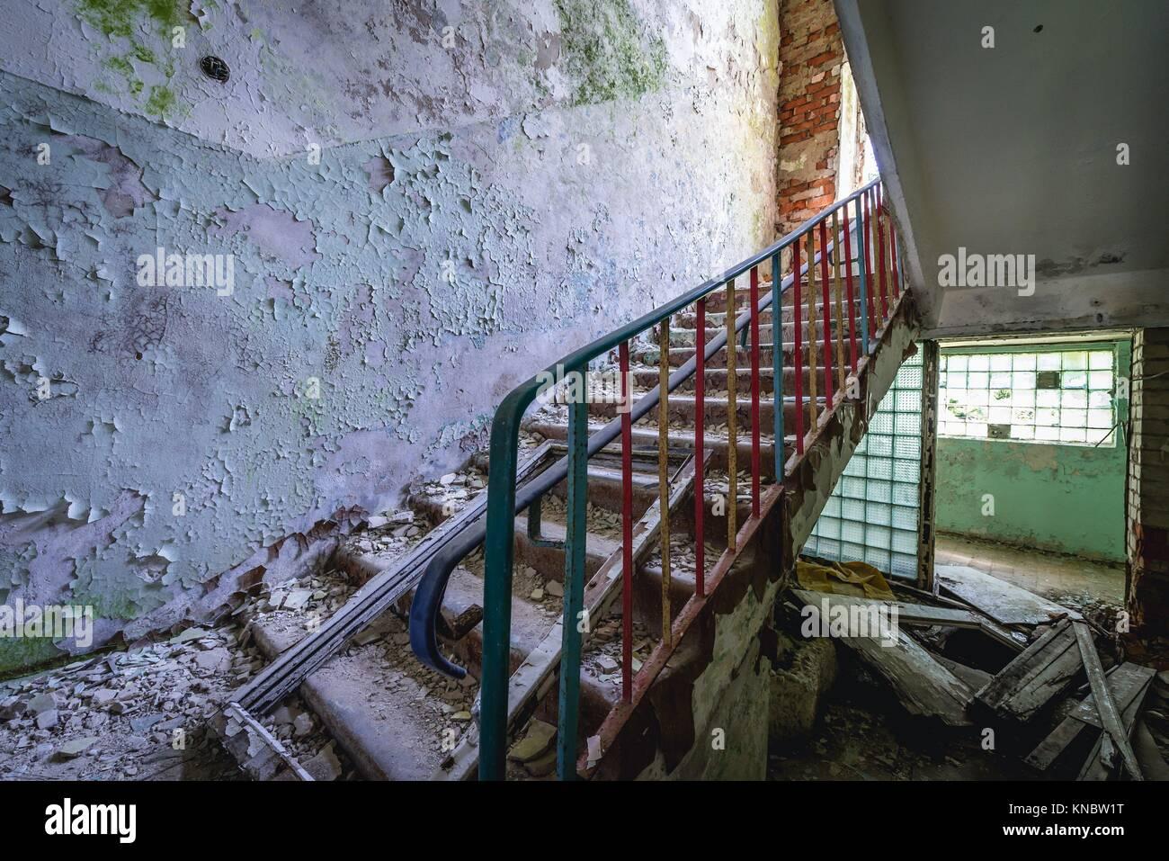 Escalera de párvulos en Skrunda-1 Ghost Town, antiguo emplazamiento de la estación de radar de Dniéper Imagen De Stock
