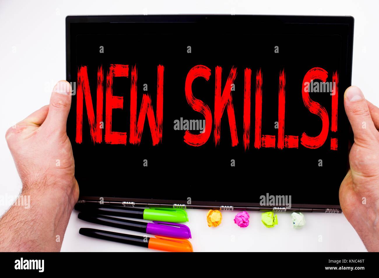 Nuevas habilidades texto escrito en tablet, ordenador en la oficina ...
