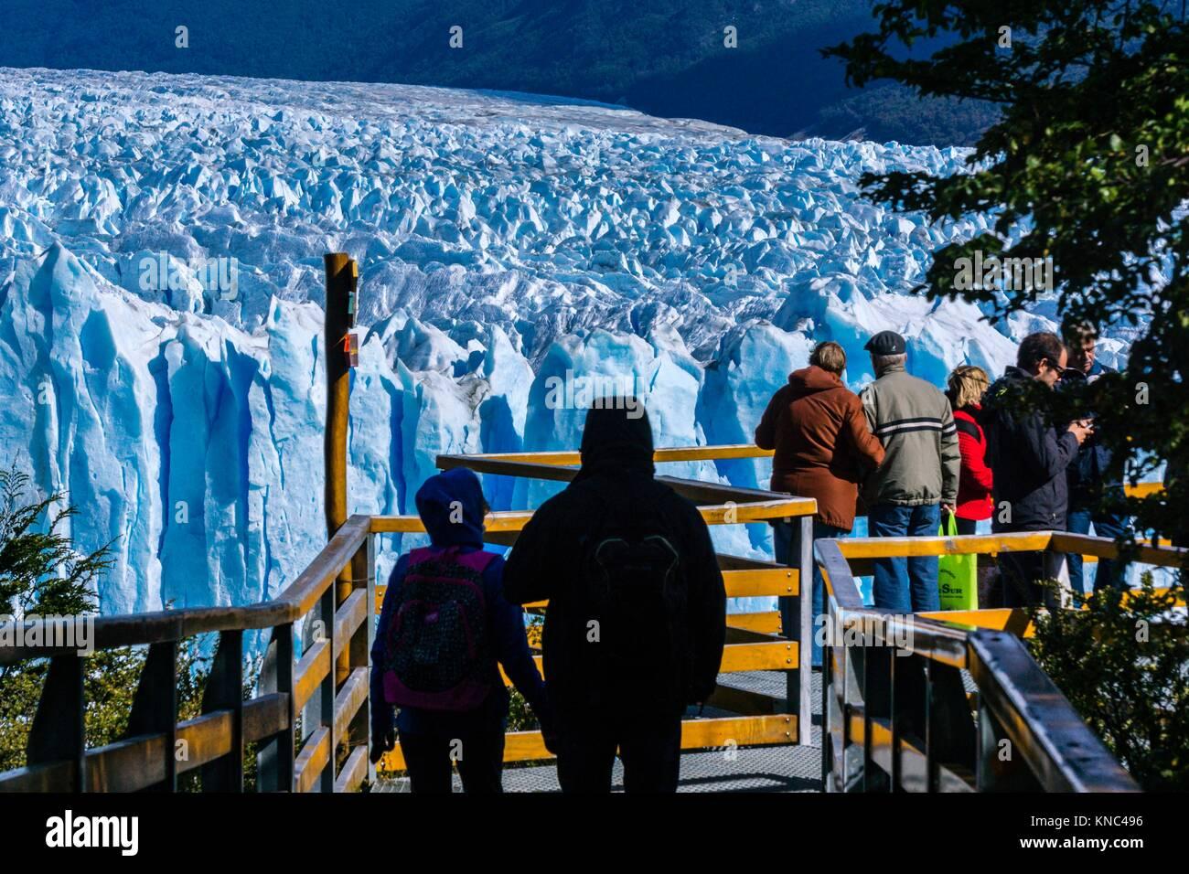 Los turistas en el primer balcón, glaciar Perito Moreno, Parque Nacional Los Glaciares, departamento Lago Argentino, Imagen De Stock