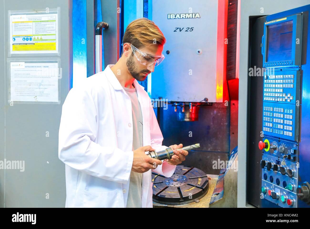 Máquinas herramienta para fresado de 5 ejes, Investigador en el centro de mecanizado, industria, Tecnalia Research Imagen De Stock