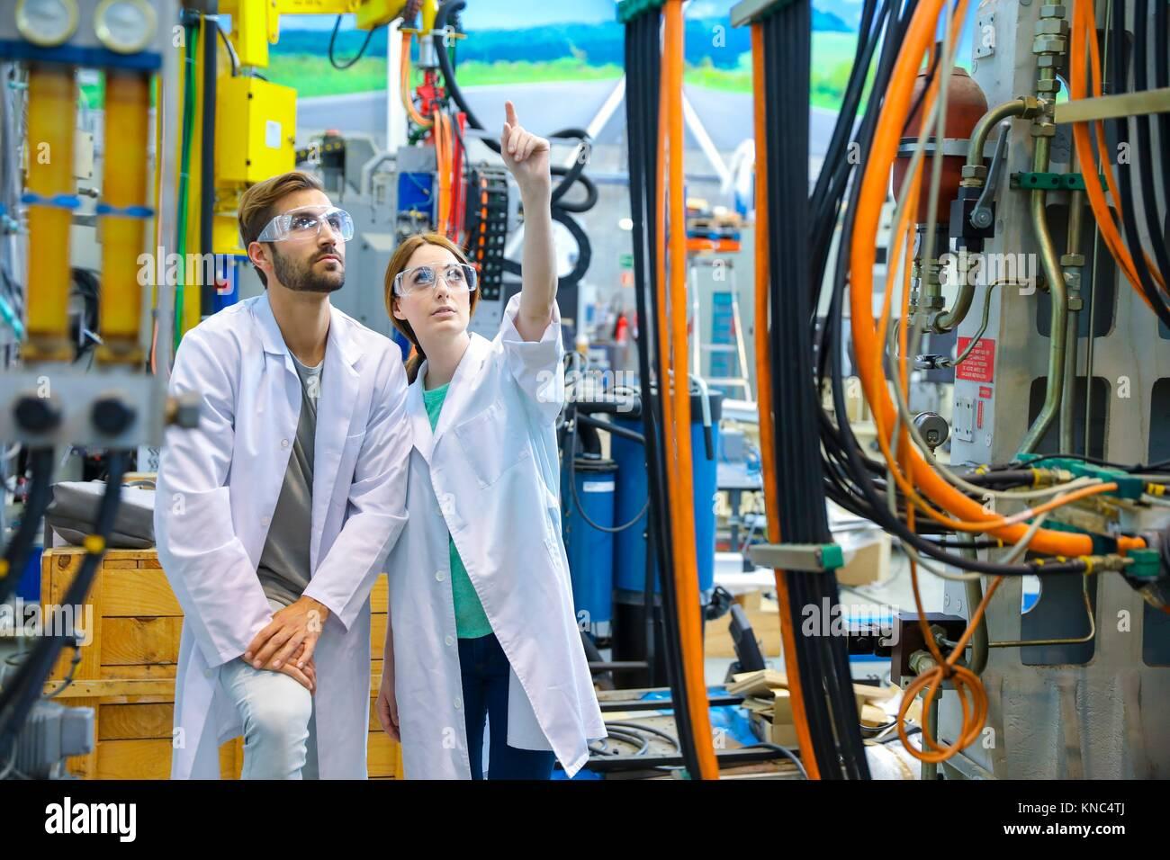 Los investigadores en el centro de mecanizado, industria, Tecnalia Research & Innovation, Technology and Research Imagen De Stock