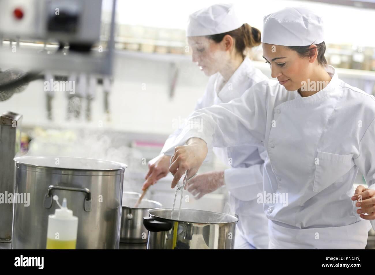 Chefs, cocineros de cocina de la escuela, Escuela de Cocina, Donostia, San Sebastián, Gipuzkoa, País Vasco, Imagen De Stock
