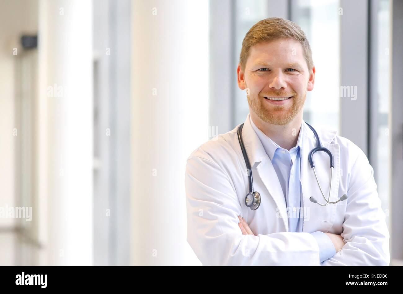 Doctor en el corredor, Hospital Imagen De Stock