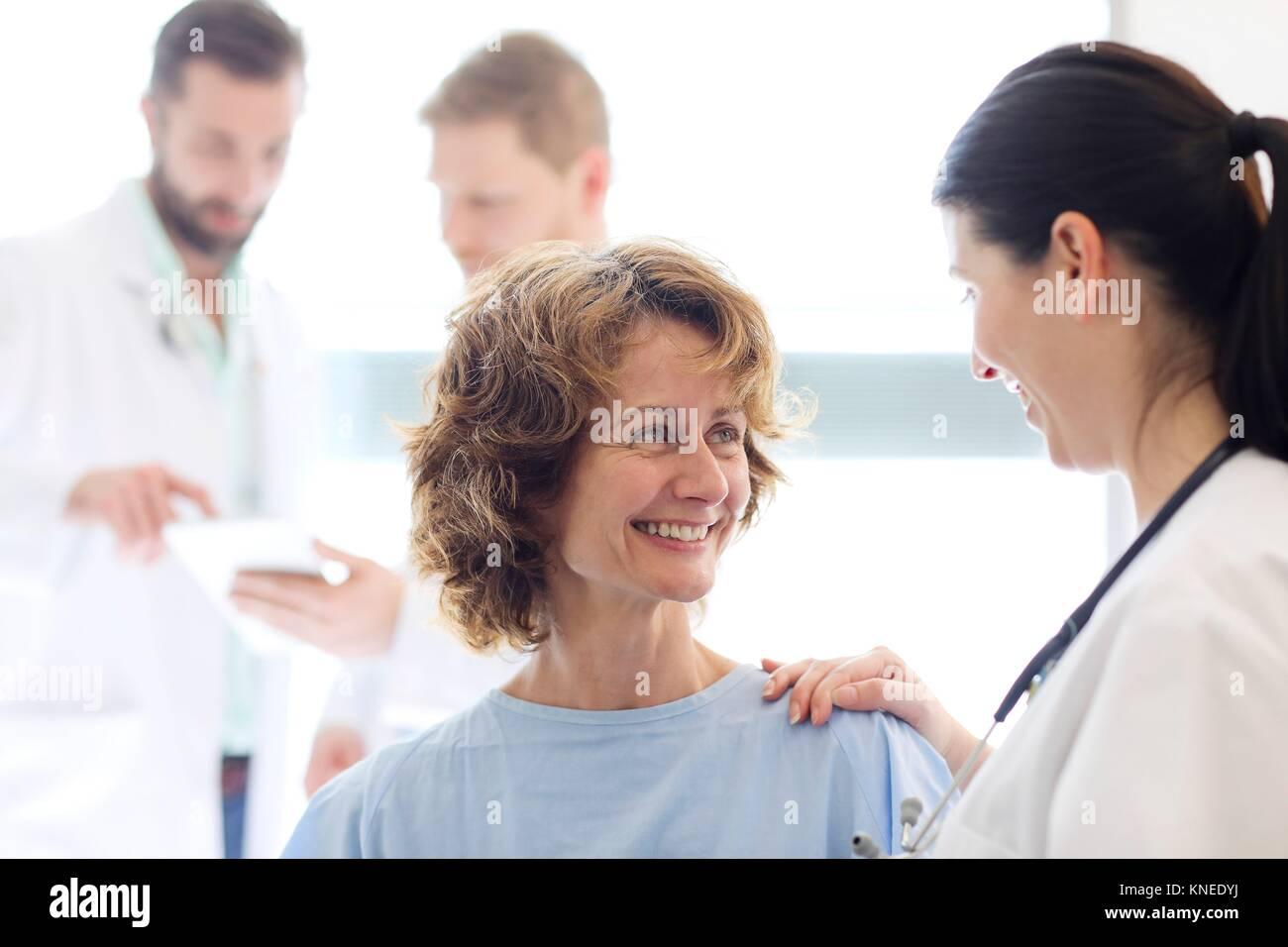 Paciente en la habitación del hospital atendido por un médico, hospital Foto de stock