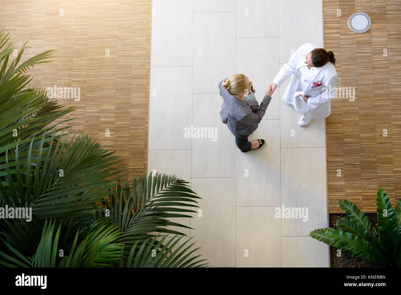 Doctora y joven, un apretón de manos, vista elevada Foto de stock
