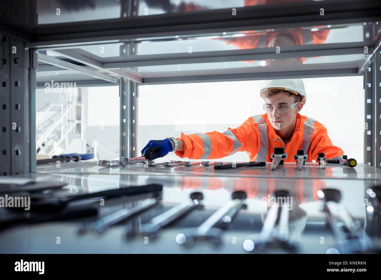 Aprendiz seleccionando Herramientas en instalaciones de ingeniería ferroviaria Imagen De Stock