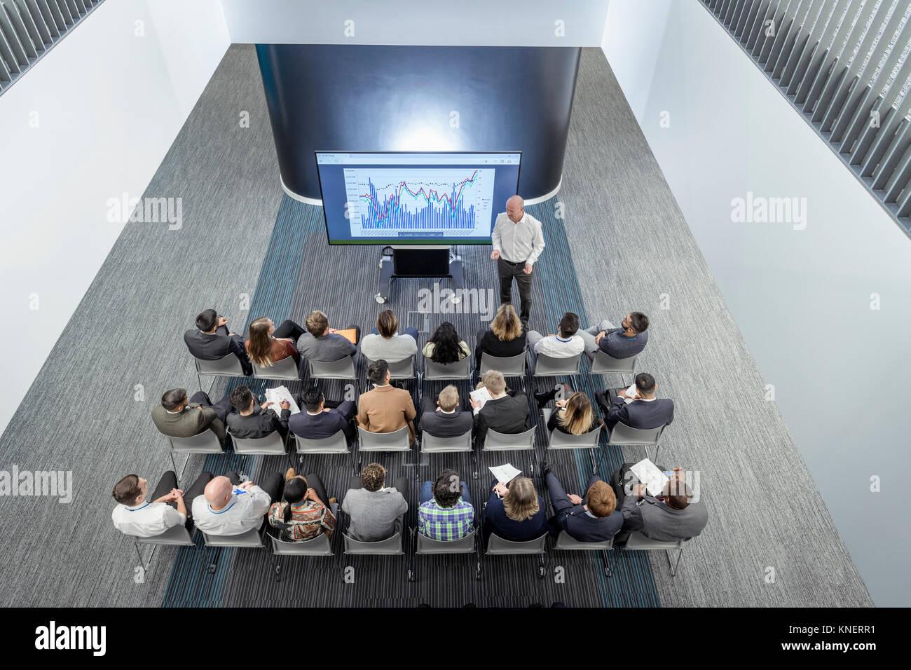 Instructor dando charla a la audiencia en instalaciones de ingeniería ferroviaria Foto de stock