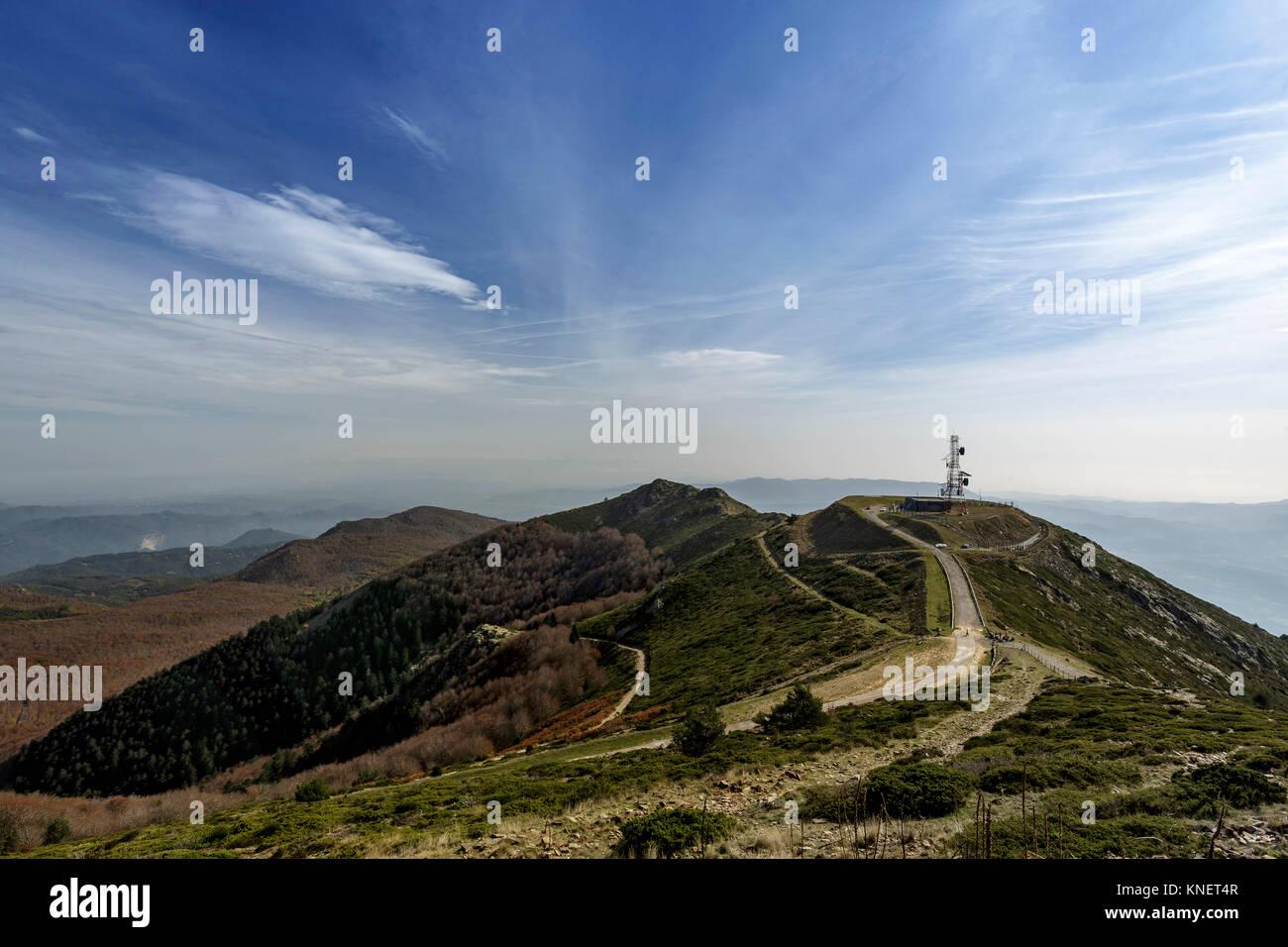 En la parte superior de la torre de telecomunicaciones de Turo de l'Home mountain, Montseny, Cataluña, España y Foto de stock