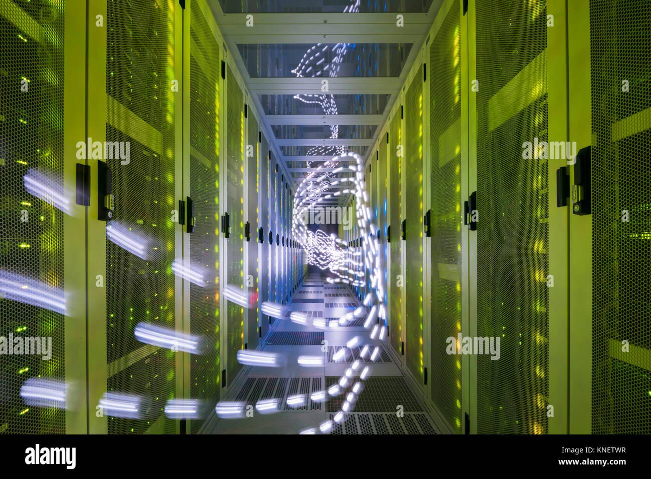 Interior del centro de datos, luces senderos mostrando datos de viaje Foto de stock