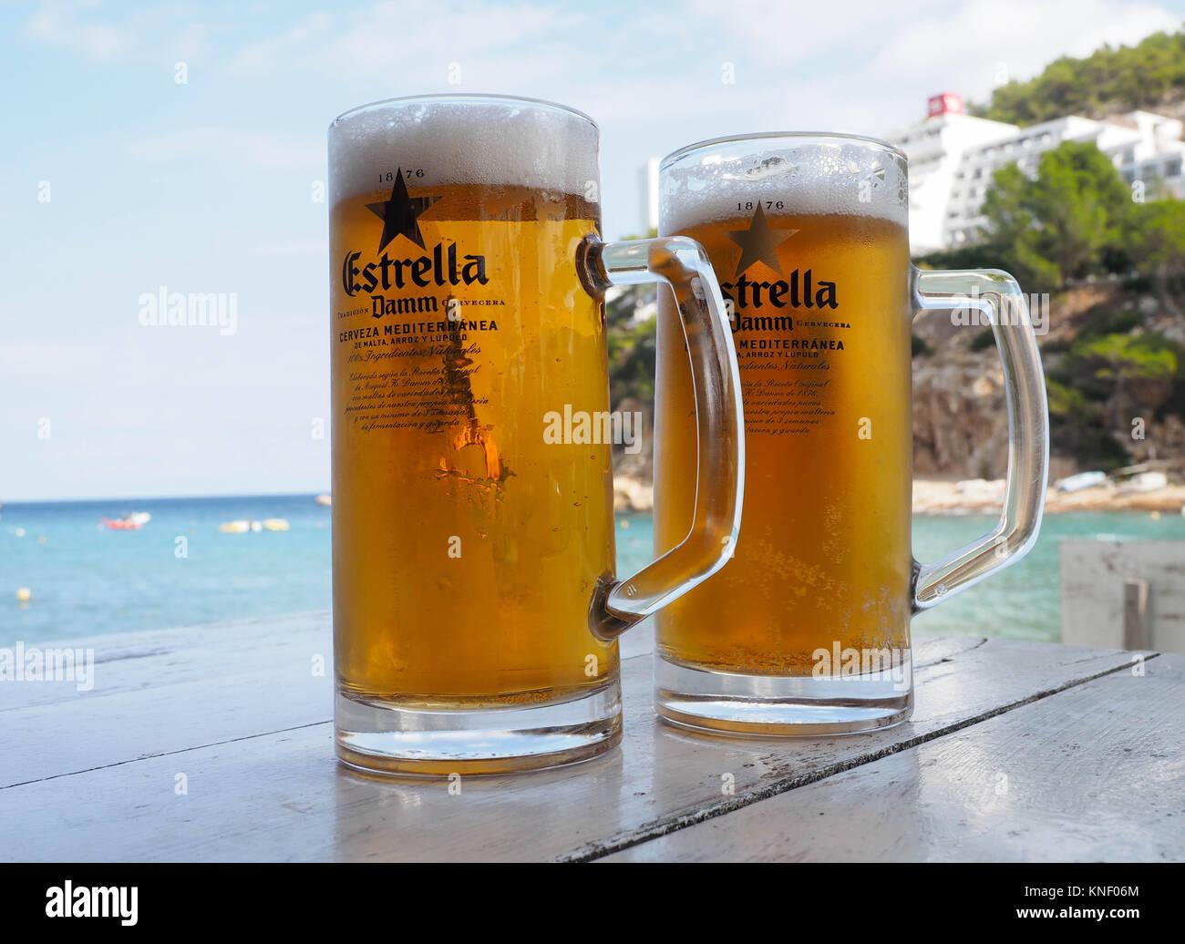 Dos grandes vasos de cerveza Estrella en la mesa de restaurante ...