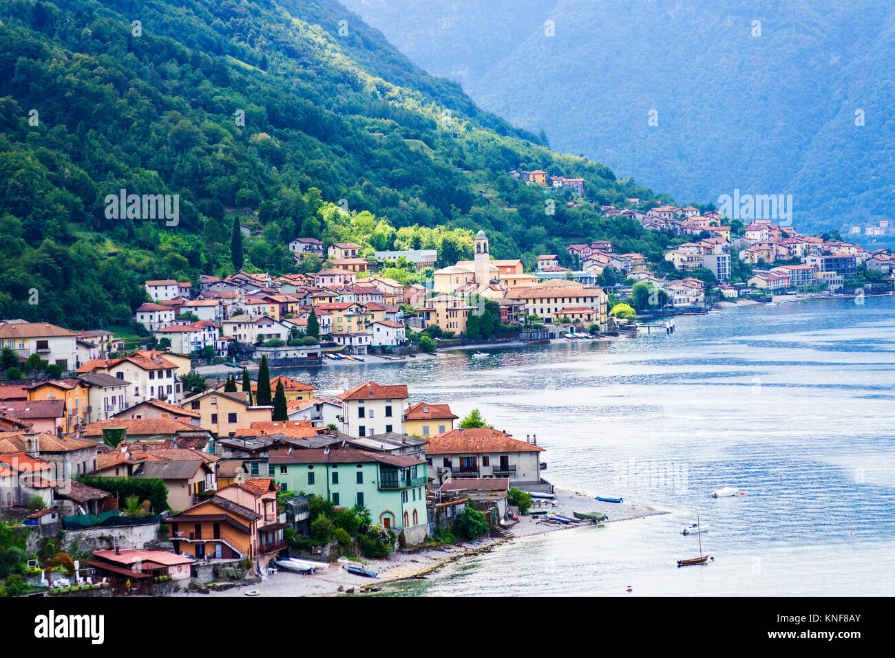 Casas tradicionales en la zona ribereña del lago Como, en Lombardía, Italia Foto de stock