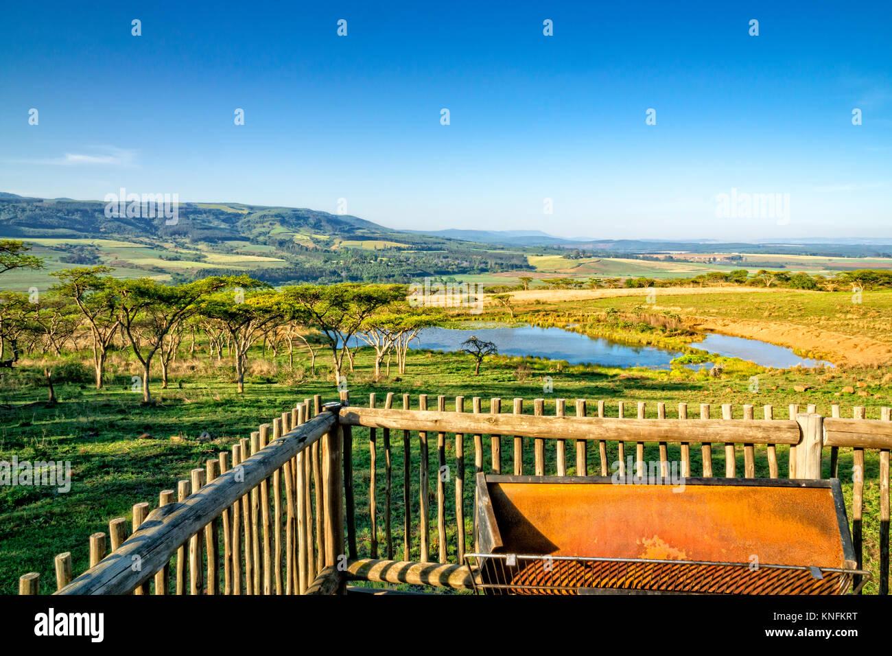 Lodge pintorescamente situado en las montañas de Drakensberg, Sudáfrica. La foto es tomada desde la terraza del Foto de stock