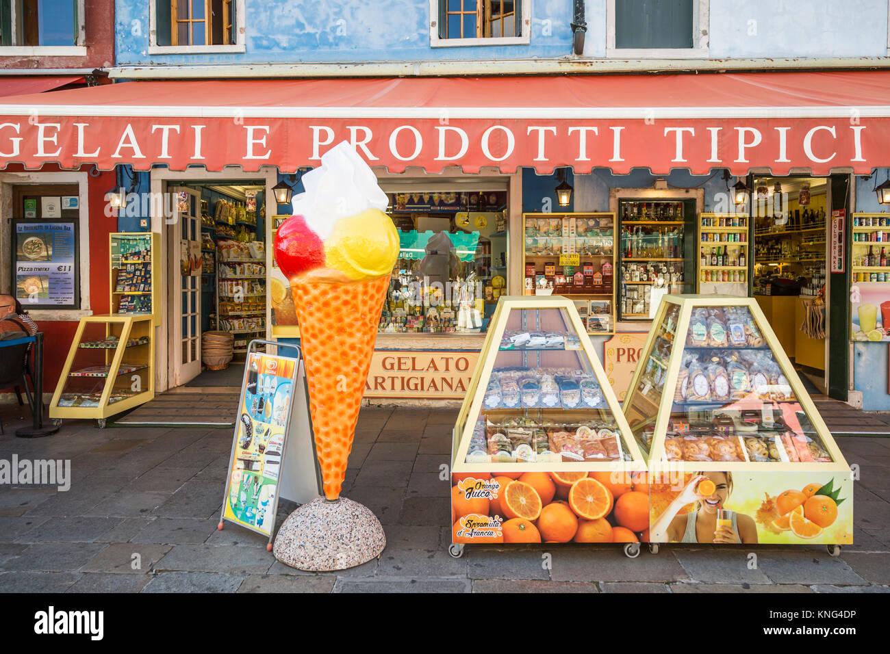 Una tienda de Gelati vlllage veneciana de Burano, Venecia, Italia, Europa. Imagen De Stock