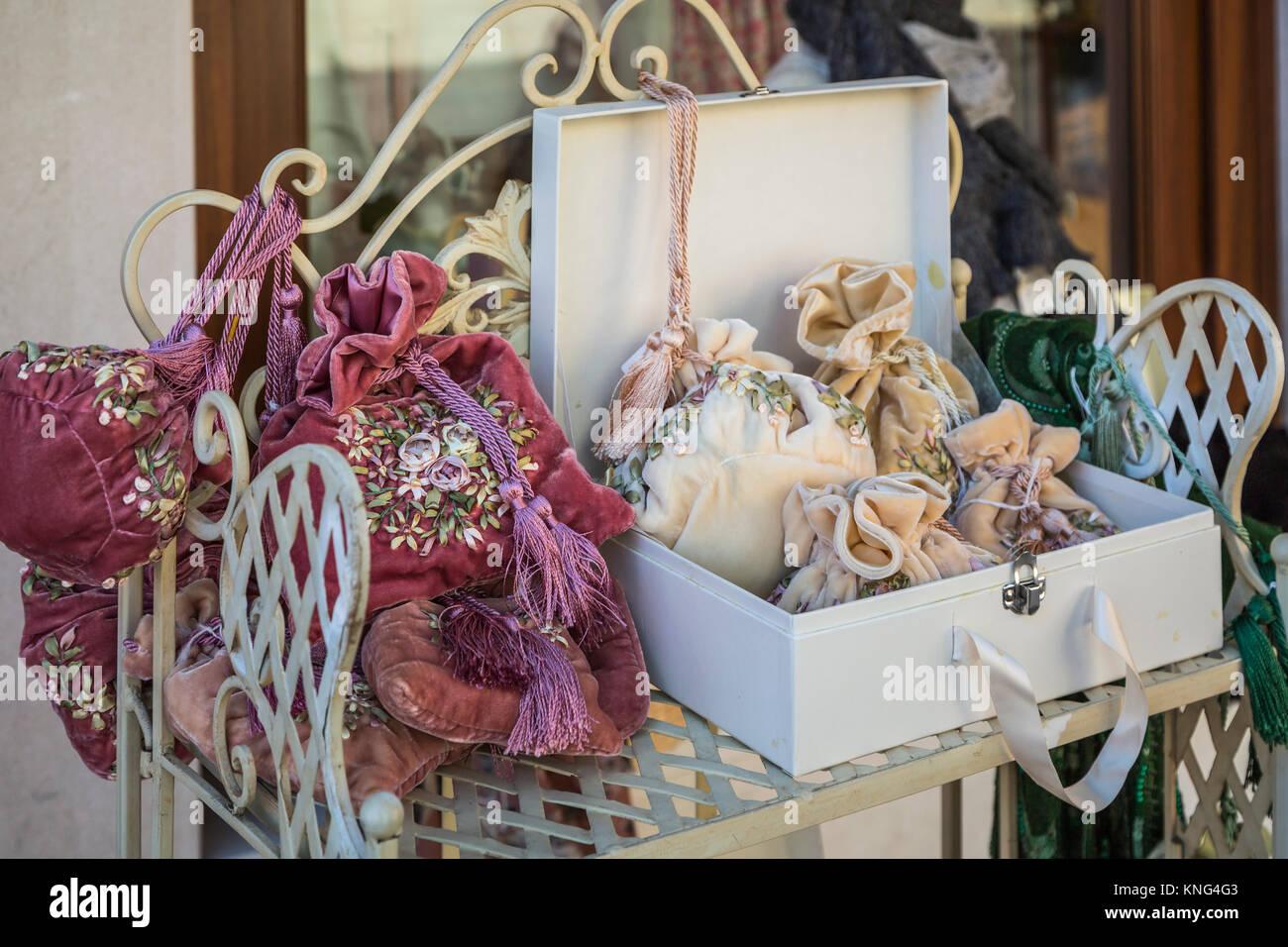 Un encaje shop mostrar en la aldea veneciana de Burano, Venecia, Italia, Europa. Imagen De Stock