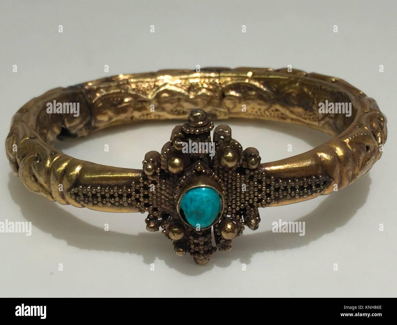 Brazalete. Fecha: 11th-12th century; Geografía: atribuido a Siria; Media: Oro, turquesa; Dimensiones: Diam. Imagen De Stock