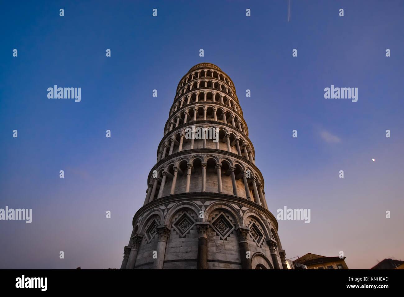 La torre inclinada de Pisa, Italia, en la piazza del Duomo, en la región de Toscana como cae la noche Foto de stock