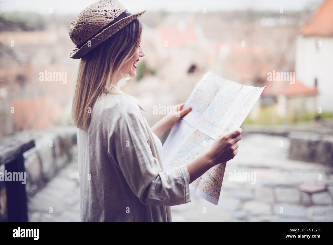 Feliz turísticas femenino y explorar Foto de stock
