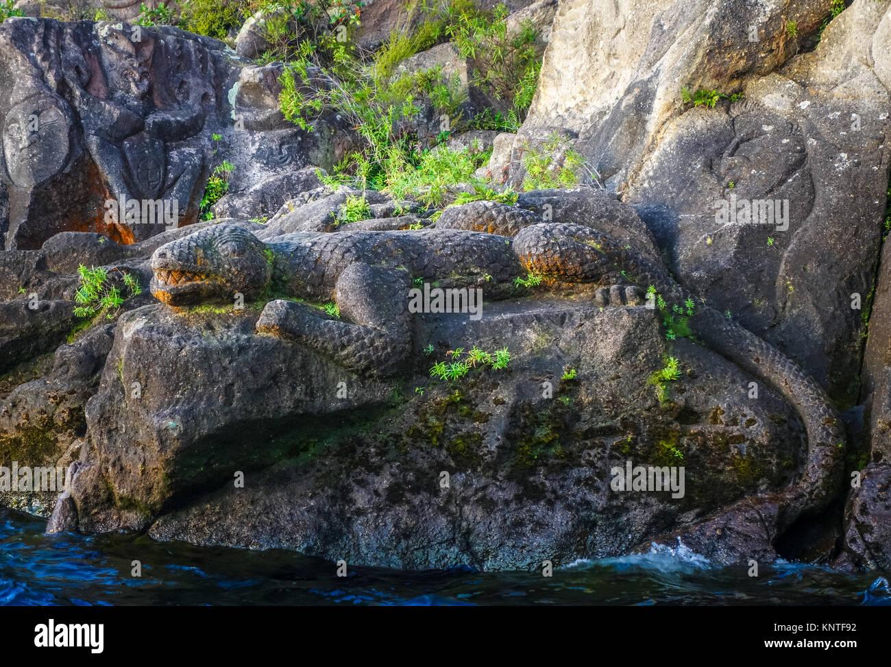 Las tallas de piedra tradicional maorí, un lagarto, el Lago Taupo, Nueva Zelandia Foto de stock