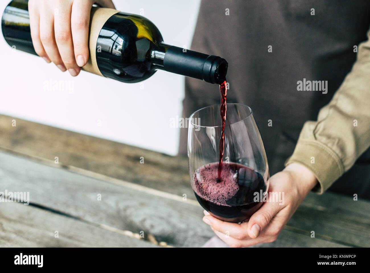 Sommelier verter en el vaso de vino tinto Imagen De Stock