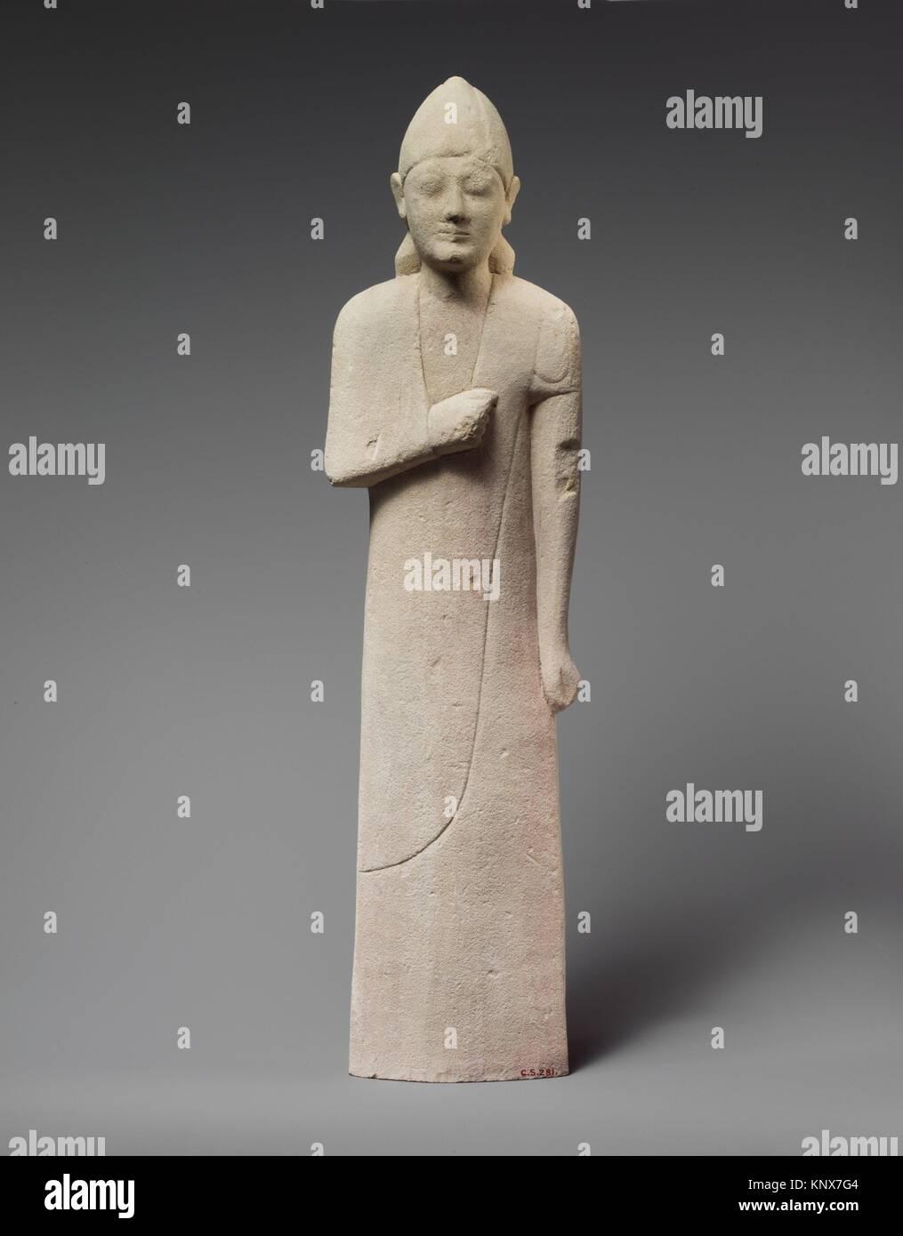 Estatuilla de piedra caliza de un lampiño macho cónico votary con un casco. Período: Archiac; Fecha: Imagen De Stock