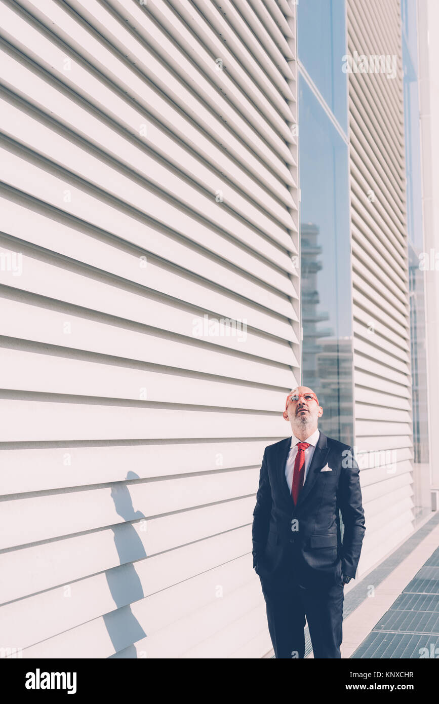 Edad media hombre de negocios contemporáneo al aire libre posando mirando lejos - business, actitud, elegante Imagen De Stock