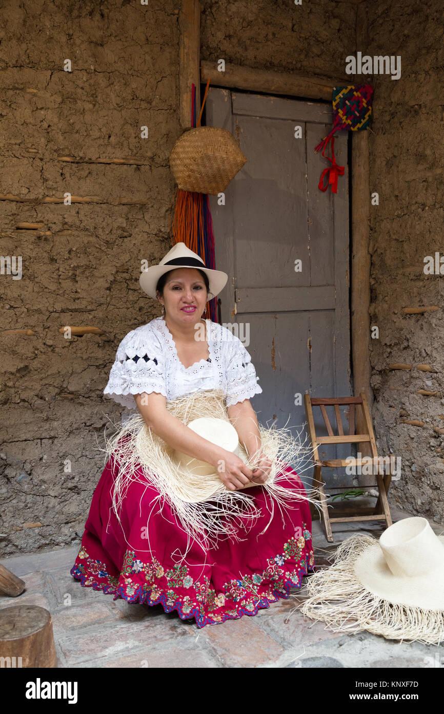 Panama Hats - Cuenca Ecuador - una mujer ecuatoriana demostrando el tejido  tradicional de un Sombrero 690e04e5e94