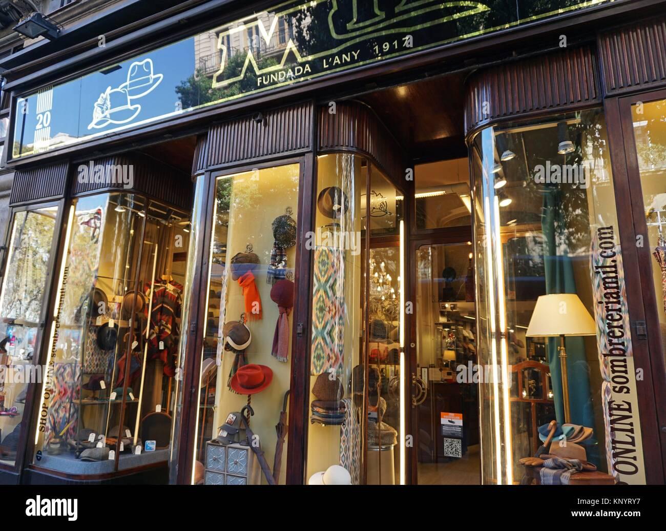8307fa4e8acfb Sombrero Viejo en la tienda de la Calle Fontanella. Barcelona ...