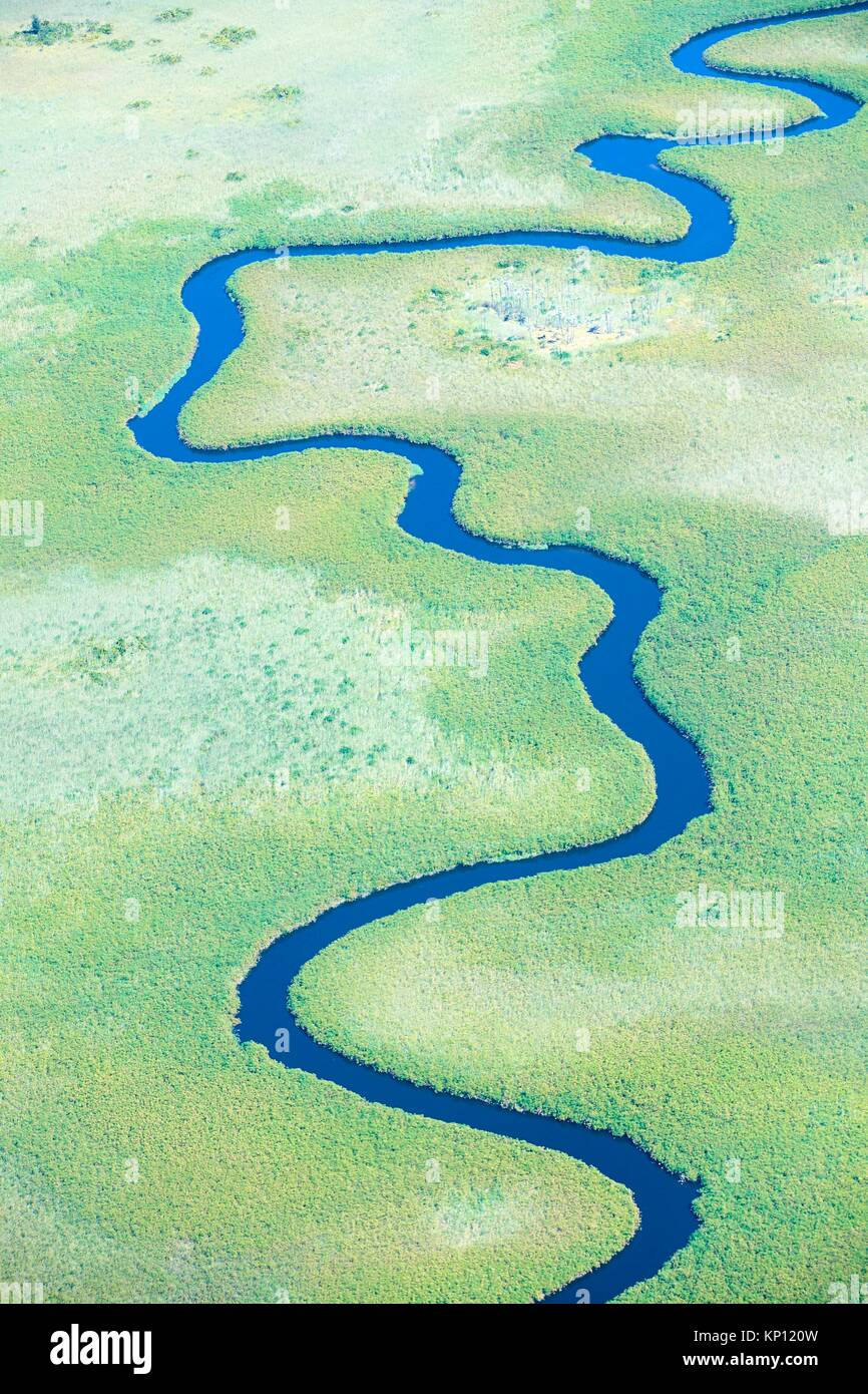 Vista aérea de meandros Ngoga channel, el delta del Okavango, Botswana, África. Imagen De Stock