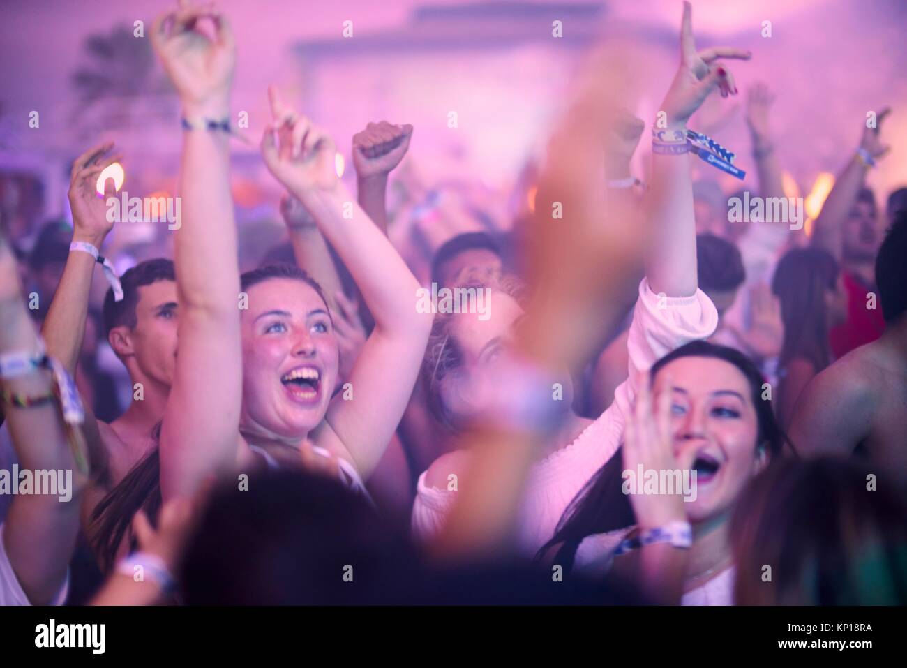 Fiesta en el festival de música, playa Starbeach flirt vestido de ...