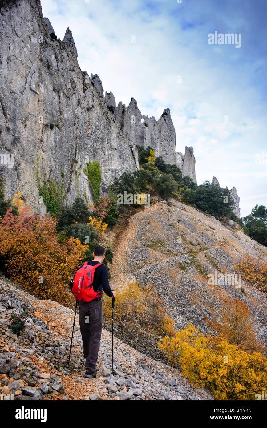 Walker caminar la montaña, debajo de las cuchillas de los Frailes Quatretondeta, Alicante, Valencia, España Imagen De Stock