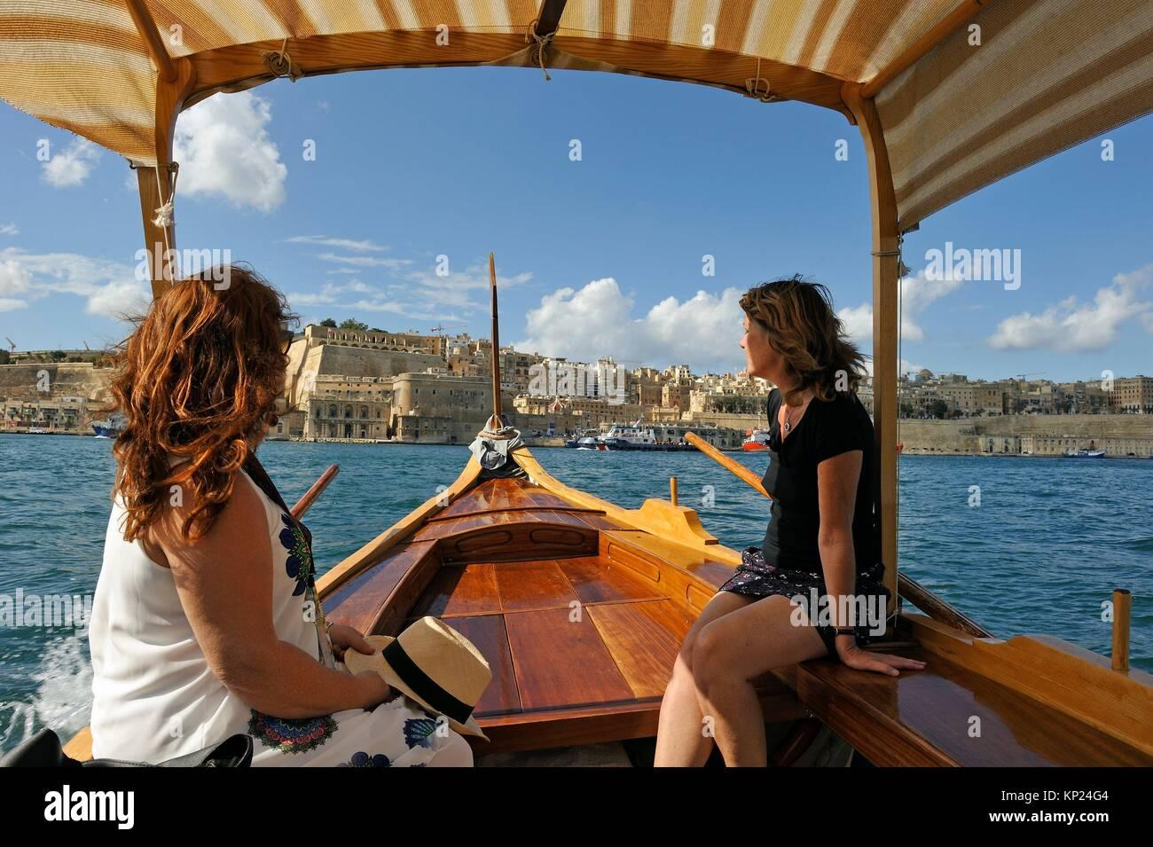 Viaje en barco en un ''Dghajsa'' en el Gran Puerto de Tres Ciudades en La Valetta, Malta, en el Imagen De Stock