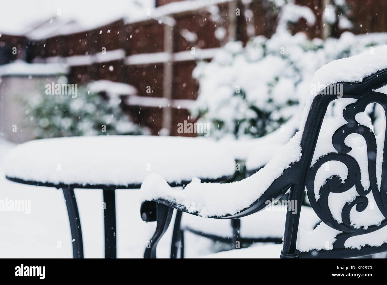 Cierre de un black metal muebles de jardín en un jardín de invierno ...